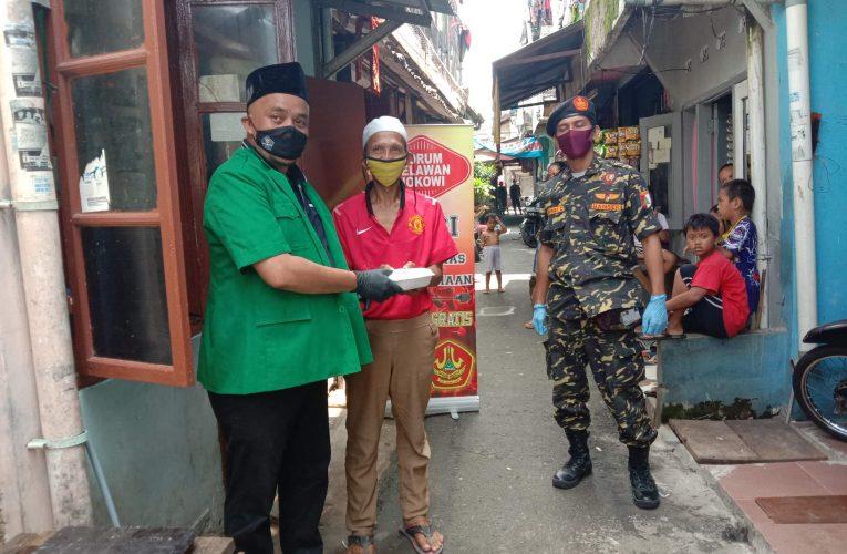 Gandeng GP Ansor Jakarta Timur, Forum Relawan Jokowi Bagi Makanan Gratis Warga Terdampak Covid-19