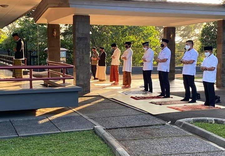 Presiden Jokowi Salat Iduladha Di Halaman Wisma Bayurini