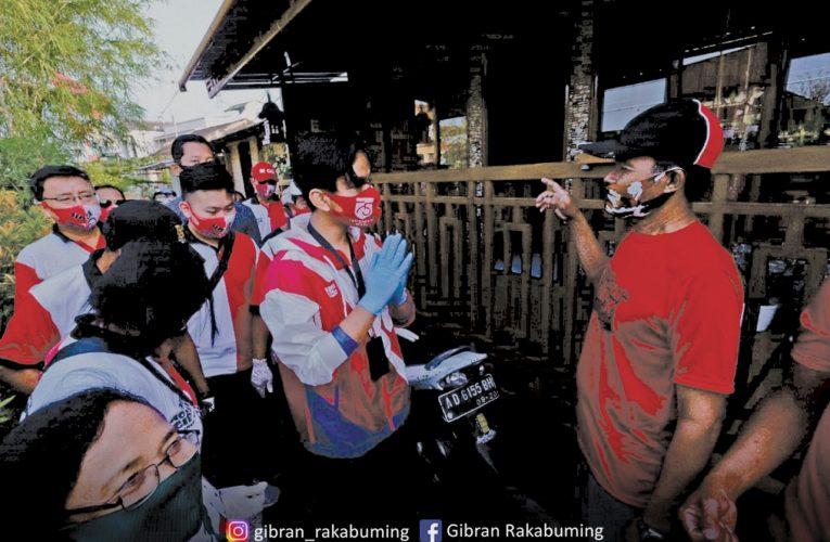 Gibran Mruput Bagi Sayur Di Posanan, Warga Sepuh Ini Terkenang Dengan Kebaikan Jokowi