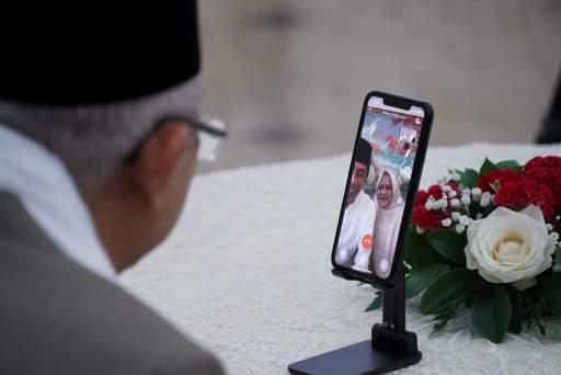 Presiden Jokowi dan Ibu Negara Bersilaturahmi dengan Wakil Presiden dan Ibu Wury secara Daring