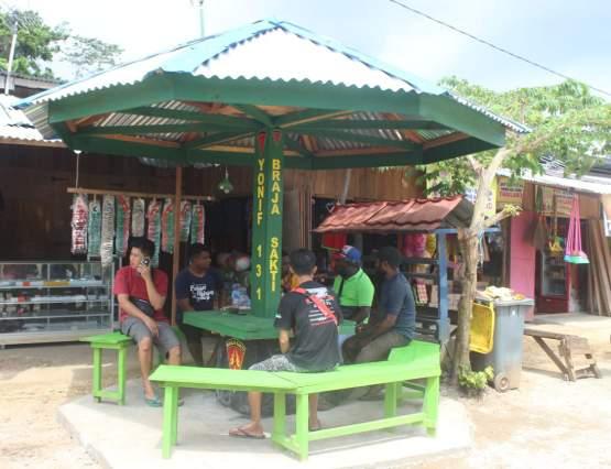 TNI Bangun Pos Kamling Untuk Masyarakat di Pasar Skouw, Distrik Muara Tami Jayapura