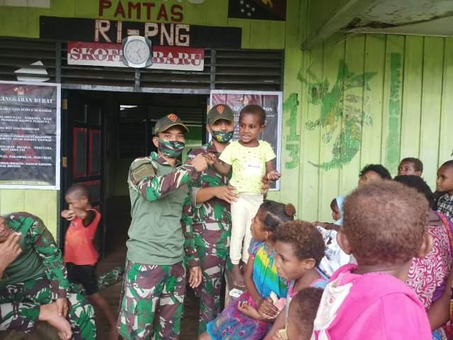 Berbagi Kasih TNI Bagikan Perlengkapan Sekolah Dan Pakaian Layak Pakai Di Perbatasan RI-PNG