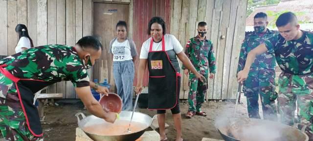 TNI Ajarkan Mama-Mama Papua Bikin Rendang Makanan Khas Minang